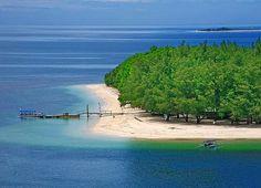 """Superbe Indonésie, et notamment l'île de Lombok et ses """"satellites"""" tel :  Gili Nanggu, Lombok Indonesia  Mes articles et photos sur l'Indonésie : http://www.unmondeailleurs.net/tag/voyage-indonesie/"""