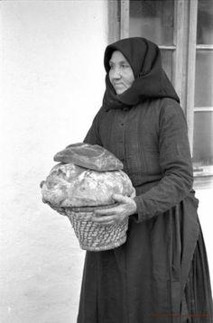 A szakajtón kenyeret tartó asszony - Érsekvadkert, 1954. Fotó: dr. Manga János / Palóc Múzeum Old Pictures, Old Photos, Folk Dance, Sora, Eastern Europe, Historical Photos, Folklore, Hungary, Budapest