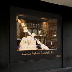 Escaparate para Hoteles Vincci, en concreto es el Vincci Soma, situado en el centro de Madrid. El tema trata sobre las historias que los clientes escriben en los libros de visita del hotel.  #escaparatismo #windowdressing