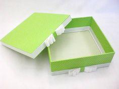 Caixa quadrada forrada em tecido. <br>Temos outras opções de tecidos.