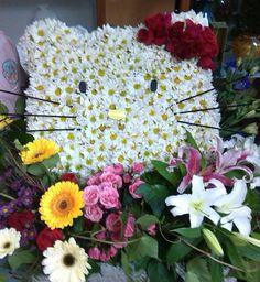 Arte Floral Hello Kitty hecho de Margaritas, Rosas, Gerberas, Baby Rosas, y Lirios. ROSDARI CreArte sin Limites..!