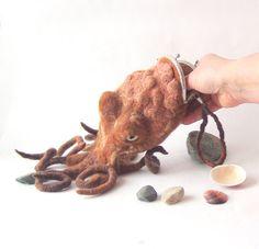 Krake Felted Geldbörse Geldbeutel braun lila Oktopus Tintenfisch kosmetische Tote nautische Bauchtasche Steampunk von Galafilc
