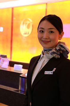 JAL客室乗員部の秋澤麻由さん。現在は国際線のファーストクラスを中心に乗務 上級会員向けの特別待合室「サクララウンジ」前で 飛行機と空と旅
