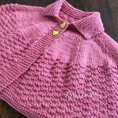 El paso a paso para tejer esta capa con cuello para niñas ya está en nuestra web! El cuello lo hicimos con vueltas cortadas :)