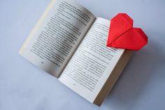książka i zakładka do książki w kształcie serca