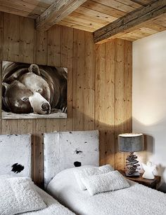 Cocooning Chalet Stone & Living – Prestigious Real Estate – Residential & Investment // Stone & Living – Prestige estate agency – Residential & Investment www. Chalet Chic, Chalet Style, Ski Chalet Decor, Mountain Bedroom, Mountain Decor, Chalet Design, Chalet Interior, Home Interior, Cabin Interiors
