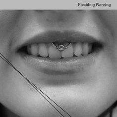 Lippenbändchenpiercing mit flacher Scheibe und klarem Stein  - Fleshbug Piercing  #piercing #pierced #girlswithpiercings #lippenbändchen #lippenbändchenpiercing #titanium #flatdisc #susannoone #chorustattoo #fleshbugpiercing #berlin