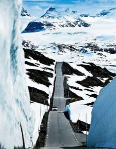 VEIEN ER MÃLET: Sognefjellet er Nord-Europas høyeste fjellovergang. Er du heldig kan du kjøre mellom ti meter høye brøytekanter, eller ta med deg skiene og trakke en tur i Jotunheimen. I gamle dager fraktet veien salt og fisk og var utsatt for landeveisrøvere. Nå skal Sognefjellet dra flere turister til Norge. (foto: Jan M. Lillebø)