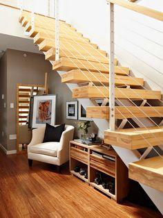 uma área de estar sob as escadas