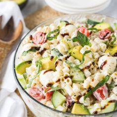 This Avocado Caprese Pasta Salad is a cold pasta salad that is perfect for parties and bbqs! Full of fresh veggies and creamy pasta! Caprese Pasta Salad, Summer Pasta Salad, Pasta Salad Recipes, Summer Salads, Creamy Avocado Pasta, Creamy Pasta, Fresh Avocado, Avocado Salad, Fresco