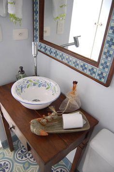 Baños Cobertura : Banheiros rústicos baño por AWDS Arquitetura e Design de Interiores Cheap Bathroom Remodel, Cheap Bathrooms, Vintage Bathrooms, Shower Remodel, Amazing Bathrooms, Narrow Bathroom, Simple Bathroom, Ideas Baños, Tile Ideas