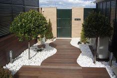 ¿Quieres imprimir un aire nuevo a tu jardín? A continuación, te ofrecemos diferentes propuestas decorativas para tu jardín con piedras y flores. ¡Anímate a renovarlo!