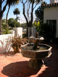 Spanish style garden by April Palmer Spanish Style Homes, Spanish Revival, Dream Garden, Home And Garden, Roman Garden, Spanish Garden, Spanish Villas, Front Courtyard, Dry Plants