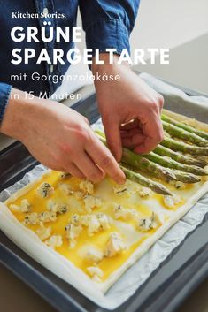 So einfach gelingt dir diese warme Spargeltarte mit grünem und It's so easy to manage this warm asparagus with green and # Gorgonzola cheese, Put together in just 15 minutes, the delicious recipe quickly bakes in the oven to be enjoyed on any occasion. Tart Recipes, Baking Recipes, Pizza Recipes, Vegan Breakfast Recipes, Dinner Recipes, Asparagus Tart, Green Asparagus, St Food, Quiches
