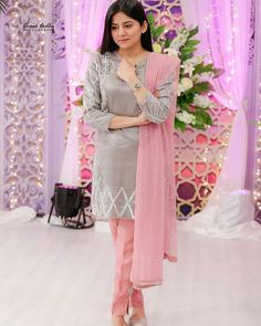This exquisitely embellished flower motifs in grey pink combo outfit is surely be my go to evening wear outfit To get hands on this… Stylish Dresses For Girls, Wedding Dresses For Girls, Casual Dresses, Girls Dresses, Summer Dresses, Simple Pakistani Dresses, Pakistani Dress Design, Indian Dresses, Silk Kurti Designs