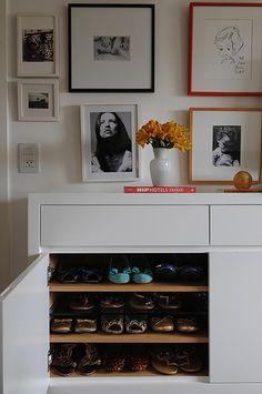 Neste quarto, o móvel abriga a sapateira da moradora. Os nichos de 60 cm de largura e 15 cm de altura têm capacidade para guardar até 80 pares de sapatos. O projeto é da arquiteta Cinthia Liberatori