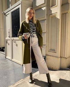 Black and white turtlneck sweater+khaki green long coat+white acid denim wide-leg jeans+olive green boots+metallized clutch. Fall Casual Date Outfit 2019 Winter Outfits 2019, Winter Coat Outfits, Winter Fashion Outfits, Winter Trends, Olive Green Boots, Long Coat Outfit, Jeans Trend, Safari, Leonie Hanne