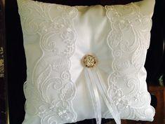 Almofada para dama em cetim branco, com detalhes em renda, mini broche cor prata .  *o broche pode ter pequenas alterações de acordo com a disponibilidade da época. R$ 49,90