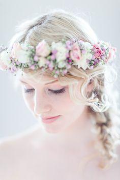 Sommerliche Blumenkränze für die Braut | Friedatheres.com