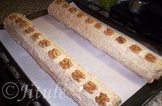 'Krém z vlašských ořechů od Ivety N.' - fantazie!!! SUROVINY12dkg mletých vlašských ořechů, 20dkg změklého másla, 15dkg moučkového cukru, 3 polévkové lžíce rumu, asi 12 polévkových lžic mlékaPOSTUP PŘÍPRAVYRecept na tyhle super roládky najdete ZDE.Nejdříve si v mléce za stálého míchání povaříme mleté ořechy (el. sporák na č.4). Mícháme, dokud nám to nezhoustne (asi 3-5 minut). Poté hmotu necháme zchladnout. Do zchladlé ořechové hmoty přidáme ostatní ingredience a vše vymícháme pomocí…
