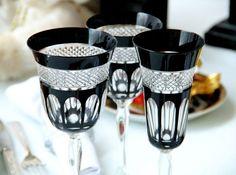 Jogo de taças de cristal Cristal de Paris com a opacidade do preto para elevar a sofisticação na mesa (Foto: @felipefgsantos) #camilakleinarquiteta #decoraçãodemesa #tablesetting #natal #christmas #mesadenatal #taças