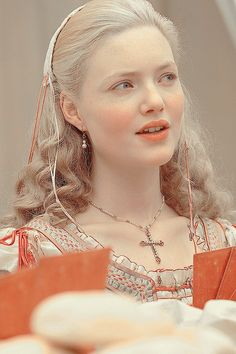 Holliday Grainger as Lucrezia Borgia Les Borgias, Period Costumes, Movie Costumes, Lucrèce Borgia, Holiday Grainger, Beauté Blonde, Renaissance Fashion, Fantasy Costumes, Medieval Fantasy