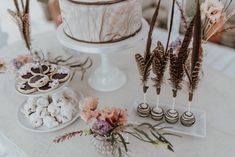 bohamian sweet table with feathered cake pops by kuchenboutique photo: Sophie Häusler Cake Pops, Wedding Cakes, Place Cards, Place Card Holders, Sweet, Table, Cake Pop, Wedding Pie Table, Tables