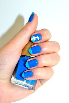Show everyone else the one thing you love to do the most online by putting the logo of the most popular social network on your nails.