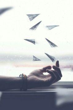 Lição pra Vida:  Liberte-se daquilo que suga suas energias. De quem lhe faz mal disfarçado de bem-querer. Da pessoa que te afaga e rosto e logo depois te intimida.  Liberte-se do que cansa sua mente, do que te faz refém. De tudo que aprisiona, embora já lhe tenha dado asas. De todo sentimento que um dia trouxe paz, mas agora tira qualquer chance de ir além. Liberte-se do que te prende. Pra ver o sol, é preciso sair do escuro!  ______________ Isabel Linhares