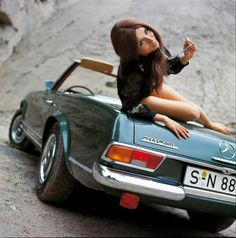Hot chicken on a classic Mercedes-Benz 280 SL Mercedes 280, Mercedes Benz Coupe, Mercedes Girl, Classic Mercedes, Maserati, Bugatti, Ferrari, Rolls Royce, Aston Martin