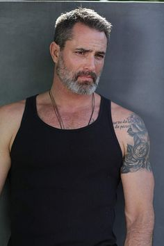 Victor Webster: another actor at he would be far more suitable as Jack Reacher than tiddly Tom Cruise Victor Webster, Silver Foxes Men, Oscar 2017, Handsome Older Men, Hot Guys Tattoos, Beard Tattoo, Bear Men, Raining Men, Mature Men