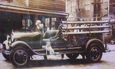 「運河の街として知られる北海道の小樽市の小樽運河のそばに、かつて「消防犬」として小樽の人々に愛された消防犬、文公(ぶんこう)が居ました」