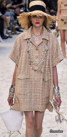 The dress, not the bling Chanel Fashion, Fashion Brand, Runway Fashion, Womens Fashion, Fashion Design, Estilo Coco Chanel, Chanel Style Jacket, Mode Chanel, Chanel Dress