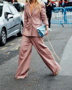 Suit | Pink | Streetstyle | Bag | Fashion week | More on Fashionchick.nl