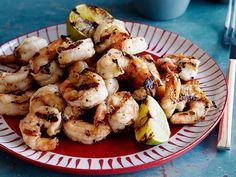 Que tal preparar esses deliciosos camarões grelhados e dividir com os amigos? Chef: Bobby Flay