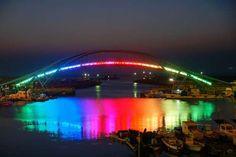 Puente del Arco Iris en un barrio suburbano en Penghu, Taiwán.