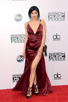 Kylie Jenner%u2019s AMAs Dress: Flaunts Major Cleavage In Sexy�Gown