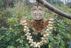 """* Timmer deze leuke """"smul"""" uil in elkaar, versier hem met vogelzaad en pindaslinger In Memory Of Dad, Diy Bird Feeder, Owl Crafts, Bird Food, Bird Watching, Kids And Parenting, Diy For Kids, Garden Sculpture, Projects To Try"""