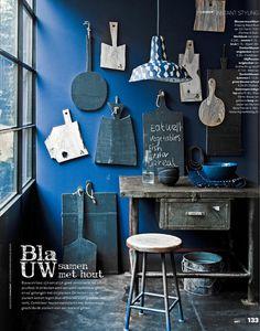 ce bleu au mur, cette lampe papier de myriam balay et ces planches à découper : conclusion, tout est beau dans l'indigo…