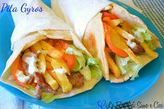 Il pita gyros è un cibo da strada molto famoso in Grecia e ormai molto conosciuto anche qui da noi.Anche se ricorda il kebab, in realtà se ne differenzia p