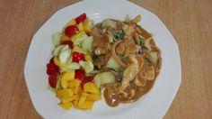 Kip in romige tahinisaus met paksoi en tomaat ,komkommer en mango salade weer zalig en koolhydraatarm.
