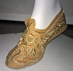 Crimean Tatar crafts and clothing (photos) - updated : Crimean Tatar female shoe, close-up view Crimean Tatars, Handmade Clothes, Traditional Outfits, Men's Shoes, Fashion Shoes, Costumes, Female, Heels, Boots