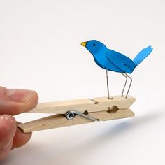 Turn the handle on the Pegasus model and the winged horse flies! Junk Modelling, Mechanical Art, Marionette, Paper Birds, Bird Boxes, Wood Toys, Diy Cardboard, Paper Clip, Diy Toys