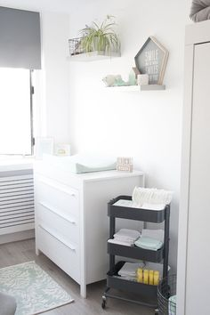 Onze mintgroene babykamer / kinderkamer met commode en rol trolley van Ikea // Our nursery room