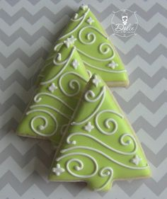 10 Ways to Decorate Christmas Cookies. Today I thought I'd put together a compilation of Christmas Tree cookies to inspire your decorating! Here are my 10 favourites, I hope it gives you some ideas during the final countdown to C… Christmas Tree Cookies, Iced Cookies, Christmas Sweets, Royal Icing Cookies, Noel Christmas, Christmas Goodies, Cookies Et Biscuits, Holiday Cookies, Christmas Cakes