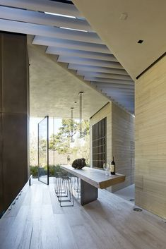 Vila filmaře Michaela Baye vL.A. nepostrádá dynamiku ani styl   Insidecor - Design jako životní styl Pearl Harbor, Santa Monica, Architecture Design, Interior And Exterior, Interior Design, Pivot Doors, Celebrity Houses, Mid Century House, Loft