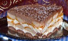 Eine leckere Torte mit Pfirsichen und saurer Sahne.