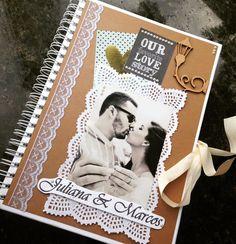 Um livro especial para seu casamento ou noivado, onde seus convidados deixam seus desejos de felicidades aos noivos. Com até 30 páginas, capa dura personalizada conforme o tema e cores escolhidas, todas as páginas em papel color plus gramatura 180, e com fotos do casal em todas as páginas!
