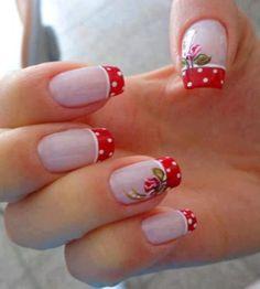 unhas decoradas com flores e petalas vermelhas