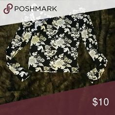**LastChance**Divided Floral crop top S like new size small long sleeve crop top H&M Divided brand Divided Tops Crop Tops
